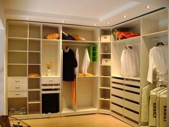 当然,木工做的衣柜更加能符合现场的实际情况,特别是一些涉及到收口的地方,更加能根据现场的实际情况作出更贴合实际的调整。总而言之,找个技艺高超的木匠师傅才是两全其美的办法,但如果木匠的水平不高,个人建议还是购买成品衣柜或定制衣柜吧。