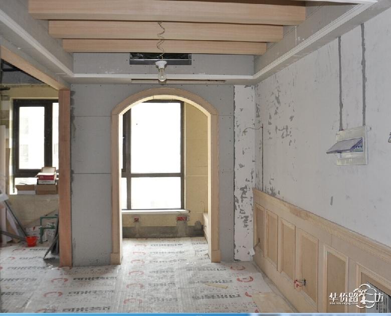 好久没上来更新了,由于最近一直在等油漆工,我的装修劲头好像也放松了。上次去了趟融侨,拍了下现有的半成品,如果油漆刷好了应该会更美吧。 铲墙已经结束了,据项目经理说融侨后面几栋的墙面质量非常差,水泥掺的沙子太多了,根本不用铲用手一划就掉碎渣子。据说前面几栋很不错,腻子很难铲非常费工费时,项目经理要哭了 从厨房门口看出去,餐厅上的木梁吊顶,后面应该会涂成深色的,略显大气。