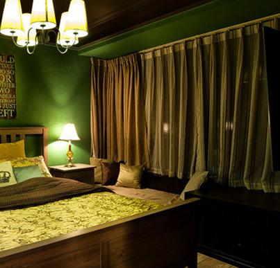 设计师为业主挑选了简约的木质床架,床头墙面处加装两块英文单词木板