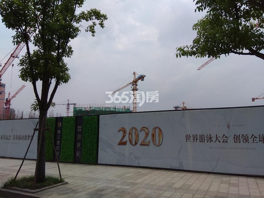 融信保利创世纪施工围栏实景图 2017年7月摄
