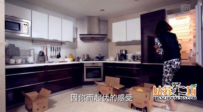 從女主角進場之后,廚房一下子從功能性上完整了很多,更多的餐具,油,冰箱也開始購置東西,廚房更像個廚房了。但是挑剔的小編發現了一個問題:水槽在哪里?廚房間好像沒有放置水槽,而且看了這么多集,還是沒有找到水槽,廚房竟然沒有水槽這是一個失敗的設計。我們繼續往下看,看看餐廳長什么樣。
